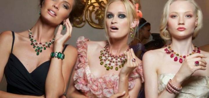 Mujeres con joyas.